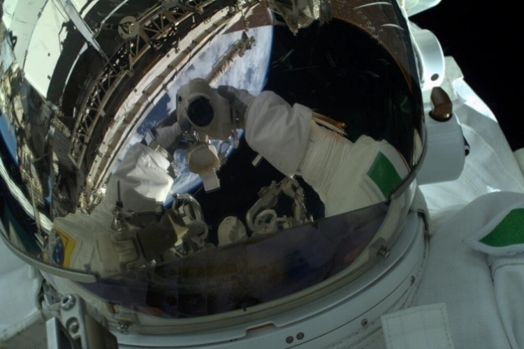 11.jul.2013 - O astronauta italiano Luca Parmitano registrou a foto acima, durante uma caminhada espacial, e escreveu: ''Esse com certeza deixa para trás qualquer outro selfie que eu já tinha feito até agora''