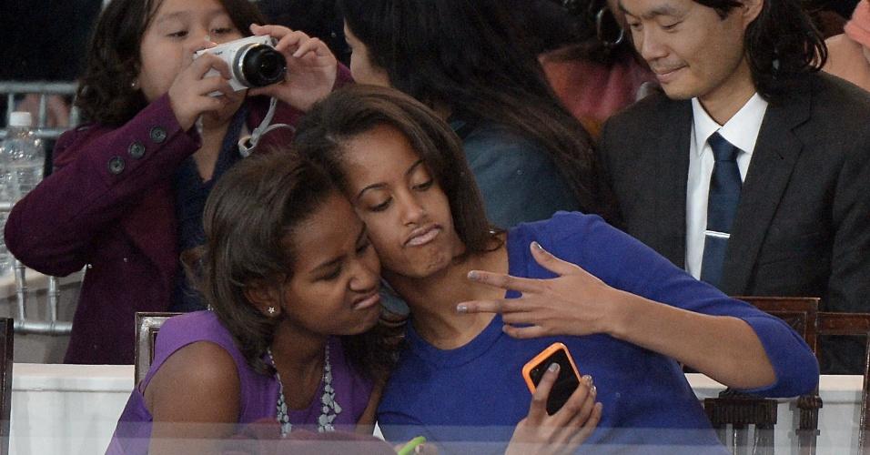 21.jan.2013 - Sasha (esq) e Malia, filhas de Barack Obama, posam para autorretrato durante a posse presidencial de seu pai em Washington (EUA)