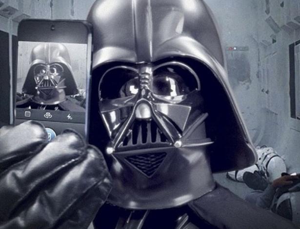 2.dez.2013 - Darth Vader publicou um autorretrato assim que a franquia Star Wars lançou uma conta no Instagram. ''Mais um dia no escritório'', escreveu