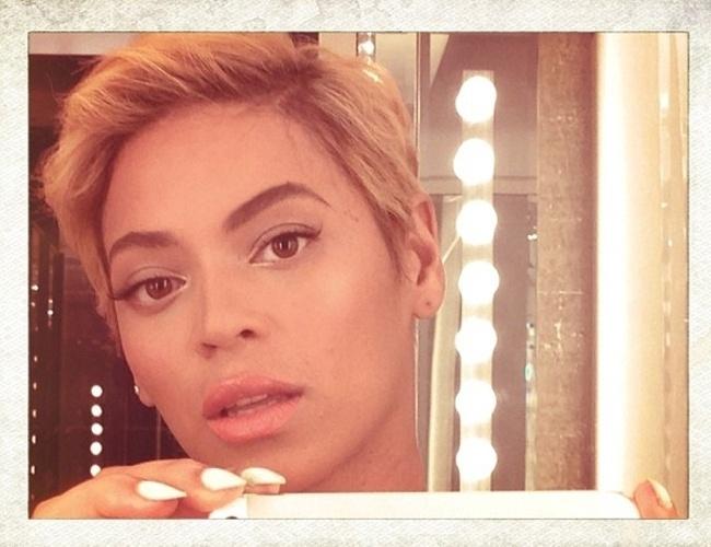 8.ago.2013 - A cantor Beyoncé usou seu perfil no Instagram para divulger um selfie com o novo corte de cabelo, estilo Joãozinho