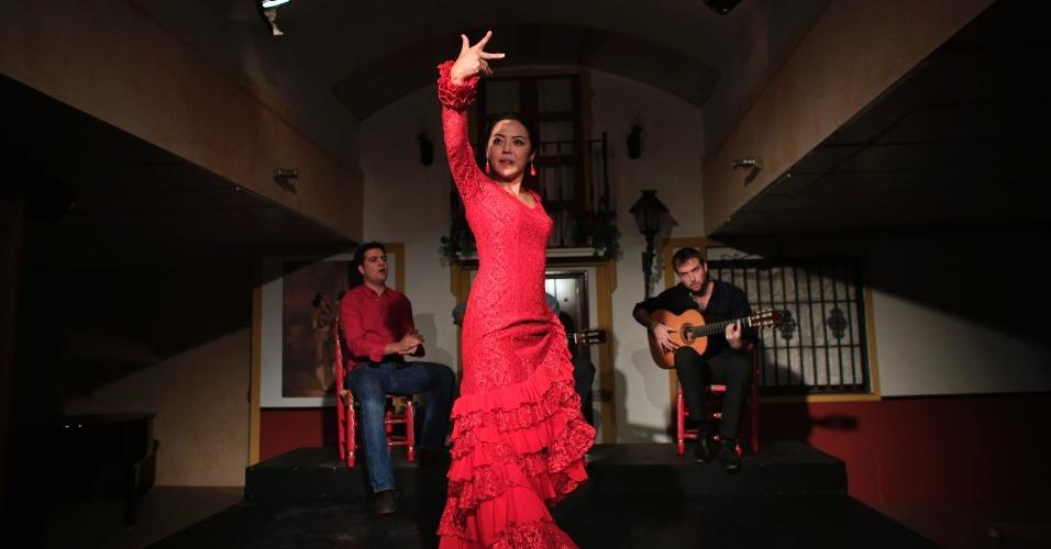 12.dez.2013 - A japonesa Maika Kubo, 24, faz apresentação de flamengo em Sevilha, na Espanha
