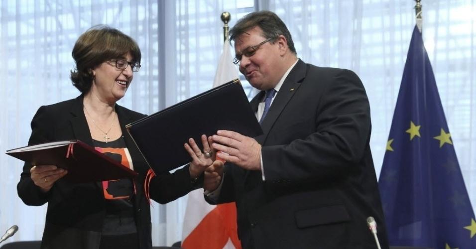 12.dez.2013 - A ministra lituana Linas Linkevicius, representante da presidência da União Europeia, e o ministro das Relações Exteriores da Geórgia, Maia Panjikidze, trocam documentos nesta quinta-feira (12) em Bruxelas, na Bélgica. Eles assinaram um acordo sobre os princípios gerais para a participação da Geórgia nos programas da União Europeia