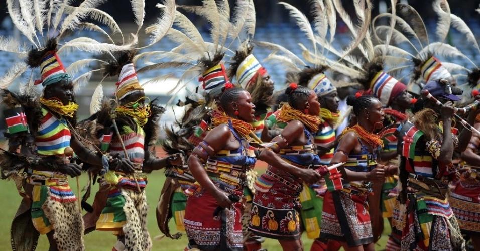 12.dez.2013 - Dançarinos se apresentam nesta quinta-feira (12) no estádio Kasarani, em Nairóbi, durante as comemorações de meio século de independência do Quênia. O país era uma colônia britânica até 1963