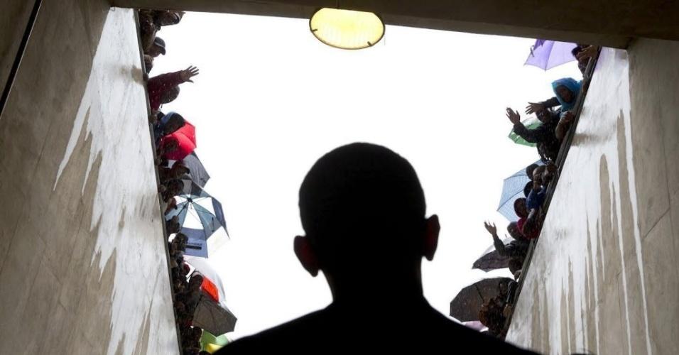 12.dez.2013 - Em foto divulgada pela Casa Branca nesta quinta-feira (12), o presidente dos Estados Unidos, Barack Obama espera em túnel de acesso ao campo do estádio FNB, em Johannesburgo, para discursar no funeral de Nelson Mandela, na última terça (10)