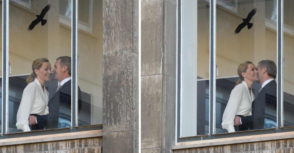 12.dez.2013 - Em montagem fotográfica, o ex-presidente da Alemanha Christian Wulff cumprimenta sua mulher, Bettina Wulff, ao chegar para depor em seu julgamento, nesta quinta-feira (12), em Hannover (Alemanha). Wulff, que ficou à frente do Poder Executivo por 20 meses, renunciou em abril de 2012, quando procuradores disseram que ele havia recebido 'vantagens indevidas'. Ele nega as acusações, e em abril rejeitou proposta pela qual teria de pagar multa para que o caso não fosse levado à Justiça