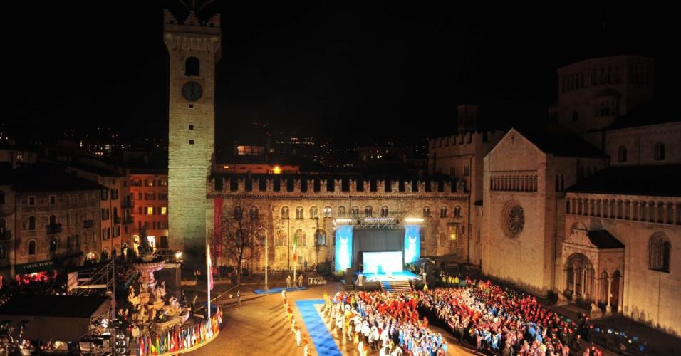 12.dez.2013 - Estudantes e atletas de 52 países participam da cerimônia de inauguração da Universidade 2013, nesta quinta-feira (12), em Trentino, na Itália
