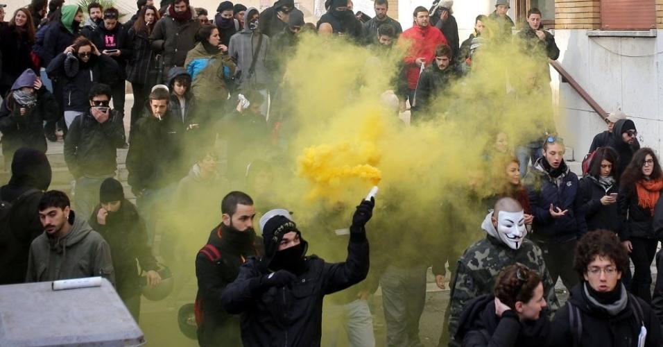 12.dez.2013 - Estudantes participam de protesto contra reforma educacional em frente à Universidade de Roma, na Itália