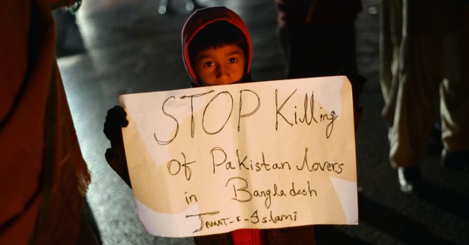 12.dez.2013 - Garoto participa de protesto contra a execução de líder islâmico que foi enforcado em Bangladesh, nesta quinta-feira (12) em Islamabad, no Paquistão.