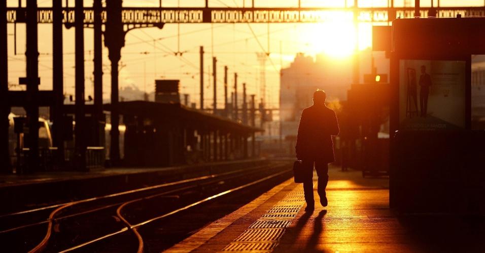 12.dez.2013 - Homem caminha na estação de trem de Lyon, na França, nesta quinta-feira (12). Vários serviços ferroviários foram suspensos parcialmente por uma greve, inclunido as ligações com Suíça, Itália e Espanha