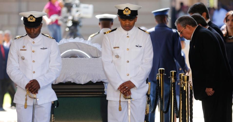 12.dez.2013 - O presidente de Cuba, Raul Castro (à dir.), presta homengem ao líder sul-africano Nelson Mandela, nesta quinta-feira (12), no Union Buildings, em Pratória, África do Sul. O velório de Mandela entra hoje em seu segundo dia