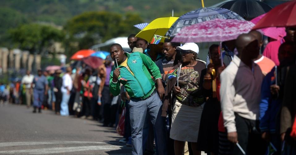 12.dez.2013 - Pessoas aguardam em fila para prestar homenagem ao ex-presidente sul-africano Nelson Mandela, cujo corpo será velado durante três dias em Pretóriaa