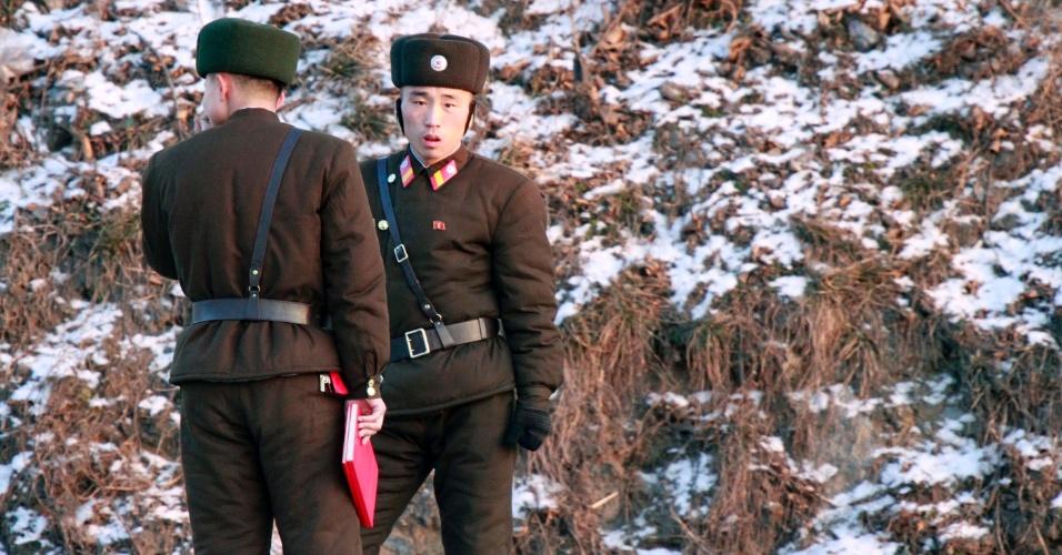 12.dez.2013 - Soldados da Coreia do Norte conversam às margens do rio Yalu, nesta quinta-feira (12), em Dandong