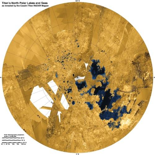 12.dez.2013 - Usando imagens coloridas da sonda Cassini, cientistas da Nasa (Agência Espacial Norte-Americana) criaram o mais completo mapa dos lagos e mares de Titã, lua de Saturno. Titã é o único astro no Sistema Solar, além da Terra, a ter líquido na forma estável em sua superfície. Mas em vez de água, lá são lagos de metano e etano. Nesta imagem coletada de 2004 a 2013, o polo Norte está no centro e o líquido aparece em azul e preto. Terra aparece em laranja e branco. A área dos lagos tem mais ou menos 50 quilômetros