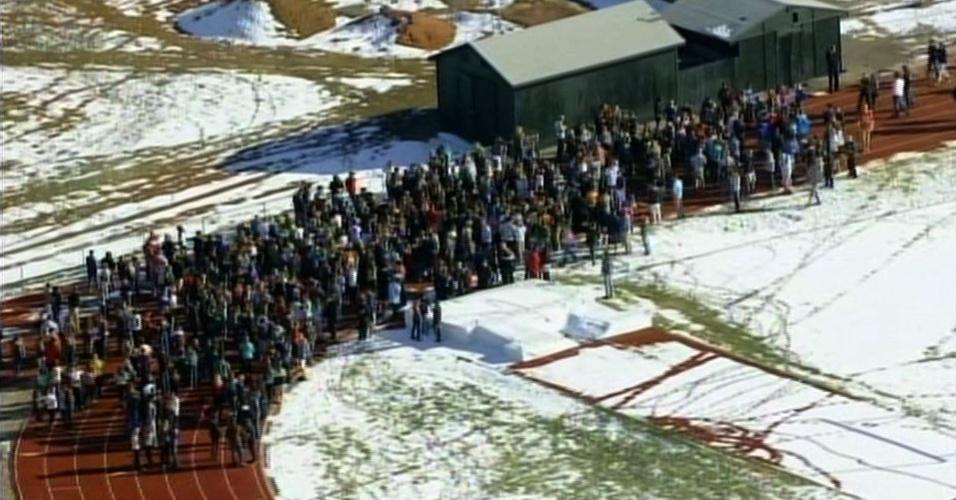 13.dez.2013 - Alunos evacuam a High School Arapahoe, em Centennial, Colorado (EUA), após um tiroteio. Ao menos um estudante ficou ferido. O atirador, que segundo a polícia era aluno da escola, foi encontrado morto com indícios de suicídio