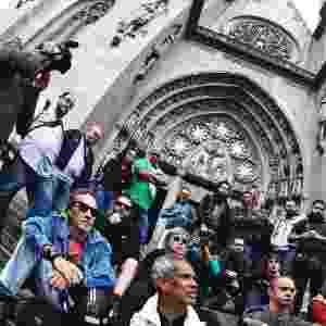 13.dez.2013 - Fotógrafos realizaram protesto em junho de 2013 em frente à catedral da Sé, no centro de São Paulo, contra a violência da Polícia Militar contra jornalistas que participaram da cobertura de protestos em São Paulo contra o aumento da tarifa do transporte público. Dias depois, o governo do Estado chegou a proibir o uso de bala de borracha pela polícia, mas voltou a autorizar a utilização nas manifestações no mês de outubro - Léo Pinheiro/Futura Press/Estadão Conteúdo