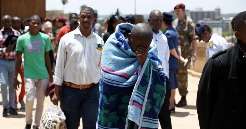 13.dez.2013 - Homem se emociona ao se despedir de Nelson Mandela no último dia de velório do ex-presidente da África do Sul, que acontece na sede do governo em Pretória Matt Dunham/Reuters