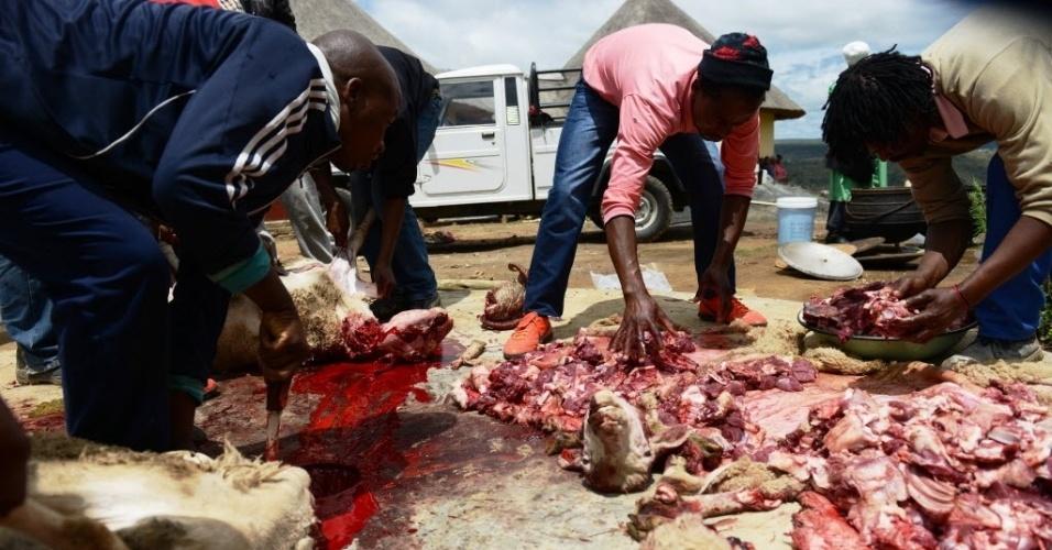 13.dez.2013 - Homens sacrificam carneiros para o enterro do ex-presidente da África do Sul Nelson Mandela, que acontecerá no próximo domingo (15), no vilarejo de Qunu, onde o Nobel da Paz passou parte de sua juventude