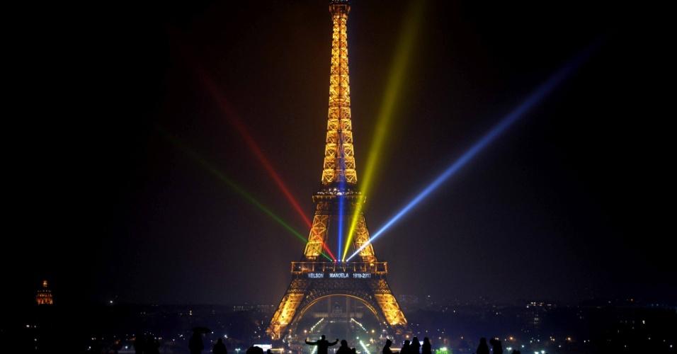 13.dez.2013 - Luzes nas corres da bandeira da África do Sul iluminam a torre Eiffel, em Paris, em homenagem ao ex-presidente sul-africano Nelson Mandela, que será enterrado no domingo (15)
