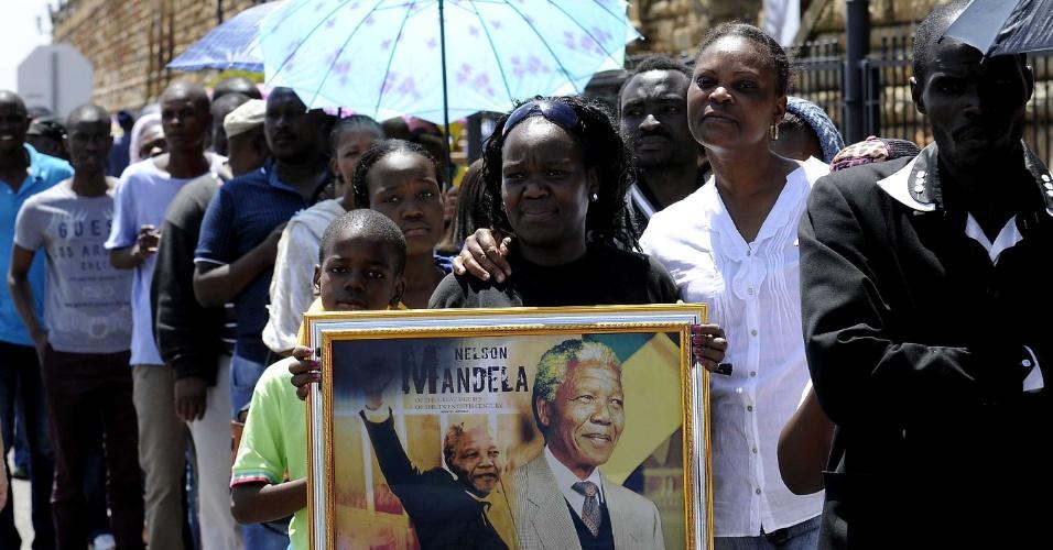 13.dez.2013 - Mais de 100 mil pessoas conseguiram prestar suas homenagens a Nelson Mandela em Pretória, na África do Sul, no última dia de velório do ex-presidente. O enterro está marcado para domingo na aldeia Qunu, onde Mandela passou a infância