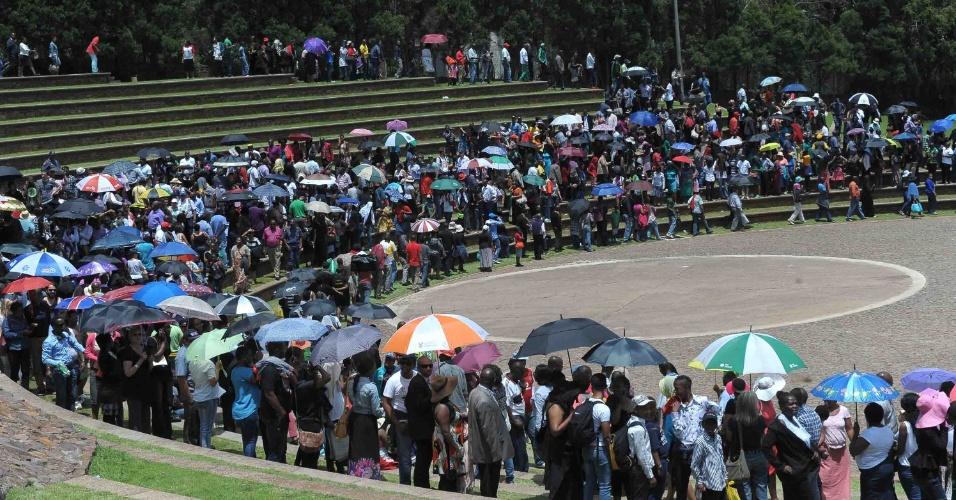 13.dez.2013 - Sul-africanos aguardam em fila para ver o corpo de Nelson Mandela em Pretória, na África do Sul, no última dia de velório do ex-presidente. Mais de 100 mil pessoas conseguiram prestar suas homenagens ao ícone anti-Apartheid