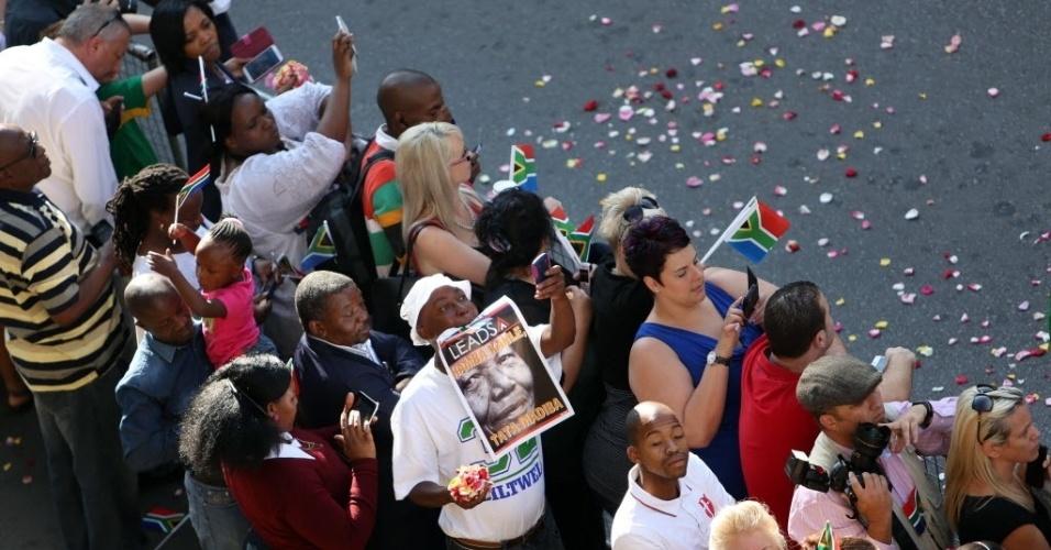 13.dez.2013 - Sul-africanos fazem fila para o último adeus ao líder na luta contra o apartheid nesta sexta-feira, na cidade de Pretoria, onde acontece o funeral de Nelson Mandela