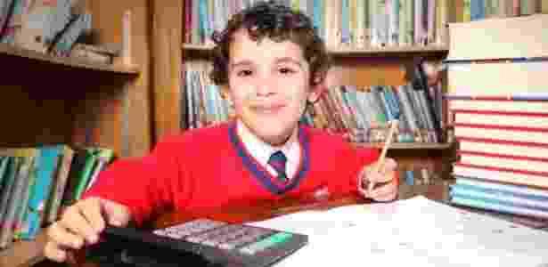 Sherwyn Sarabi, de 4 anos, já leu 940 livros e tem o mesmo QI de Einstein  - Reprodução/Daily Mail