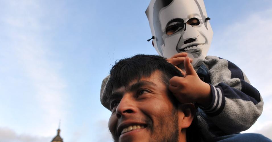 13.dez.2013 - Apoiadores do ex-prefeito de Bogotá (Colômbia), Gustavo Petro, que foi deposto na segunda-feira (9), participa de uma manifestação em apoio ao político no centro da cidade