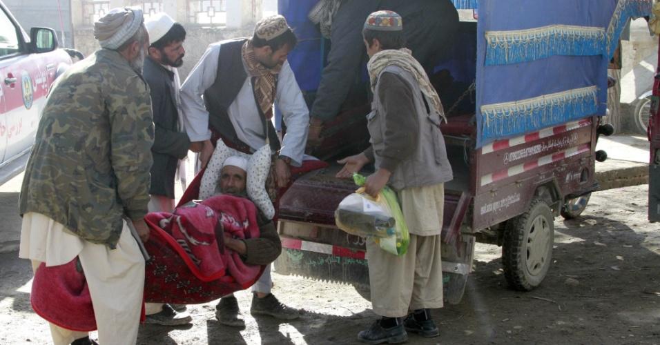 14.dez.2013 - Afegão é ferido depois que um carro de polícia foi atingido pela explosão de uma bomba em Ghazni. Pelo menos três policiais morreram e outros quatro ficaram feridos no atentado