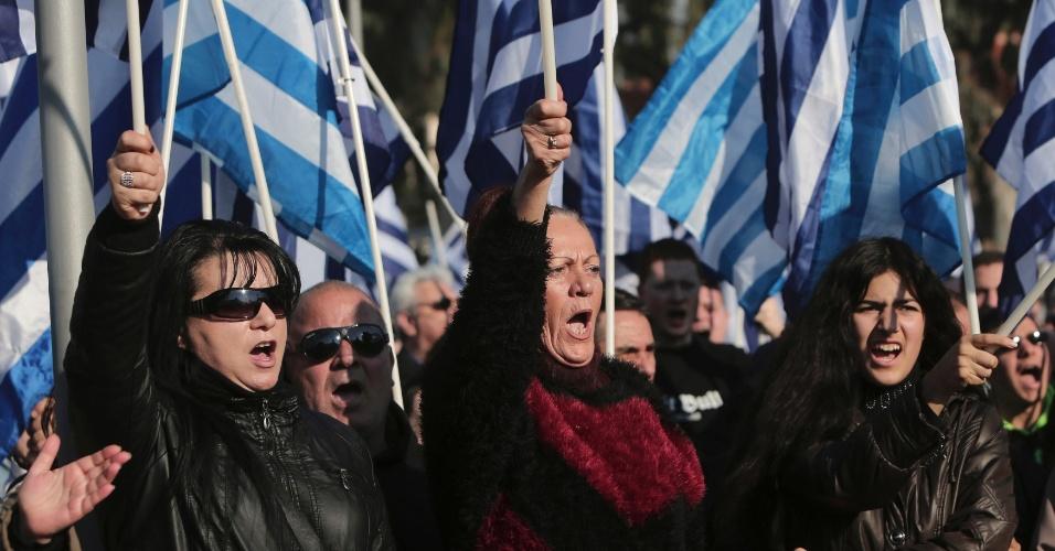 14.dez.2013 - Apoiadores do partido direitista Aurora Dourado protestam contra os planos do Estado financiar a construção de uma mesquita em Votanikos, no subúrbio de Atenas (Grécia)