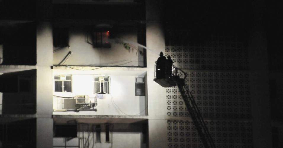 14.dez.2013 - Bombeiros tentam conter incêndio em prédio de 26 andares no sul de Mumbai, na Índia, na noite desta sexta-feira (13). Pelo menos sete pessoas morreram no incidente e seis bombeiros tiveram queimaduras leves. Segundo fontes oficiais, o incêndio começou na noite de sexta e ainda não tinha sido apagado durante a manhã deste sábado (14)