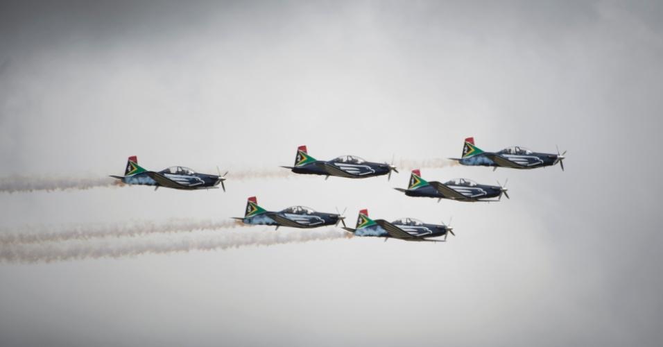 14.dez.2013 - Caças da Força Aérea sul-africana voam sobre Qunu, terra natal de Nelson Mandela e local escolhido para seu enterro