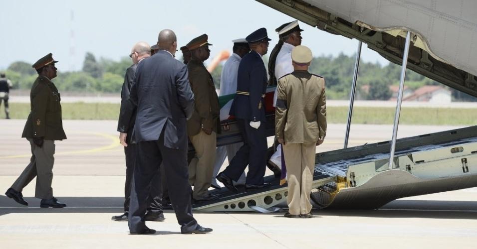 14.dez.2013 - Caixão com o corpo de Nelson Mandela é colocado em um avião após uma cerimônia de despedida na base aérea de Waterkloof, nos arredores de Pretória, antes de sua partida para Mthatha de onde irá finalmente partir para Qunu, local do enterro
