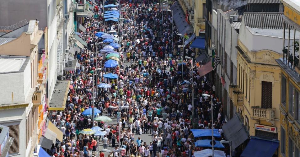 14.dez.2013 - Comércio da rua 25 de março, no Centro de São Paulo, tem movimento intenso para as compras de Natal neste sábado (14)