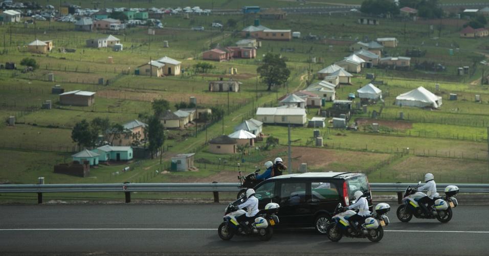 14.dez.2013 - Comitiva que transporta o corpo de Nelson Mandela chega a vila de Qunu onde o ex-presidente sul-africano cresceu e será enterrado neste domingo (15)