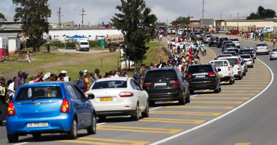 14.dez.2013 - Cortejo fúnebre leva o corpo de Nelson Mandela a Qunu, a 900 quilômetros de distância de Johannesburgo