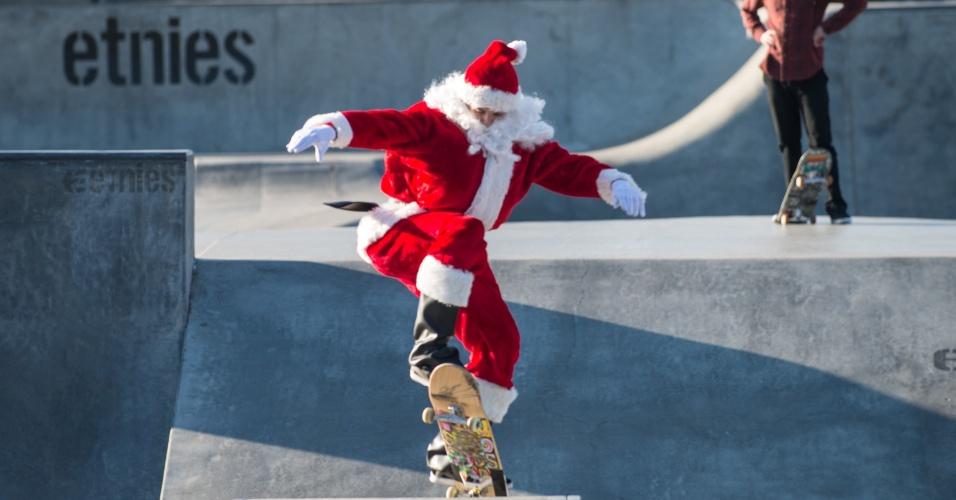 14.dez.2013 - Homem fantasiado de Papai Noel anda de skate em um parque na cidade de Lake Forest, na Califórnia (EUA), durante evento para crianças carentes