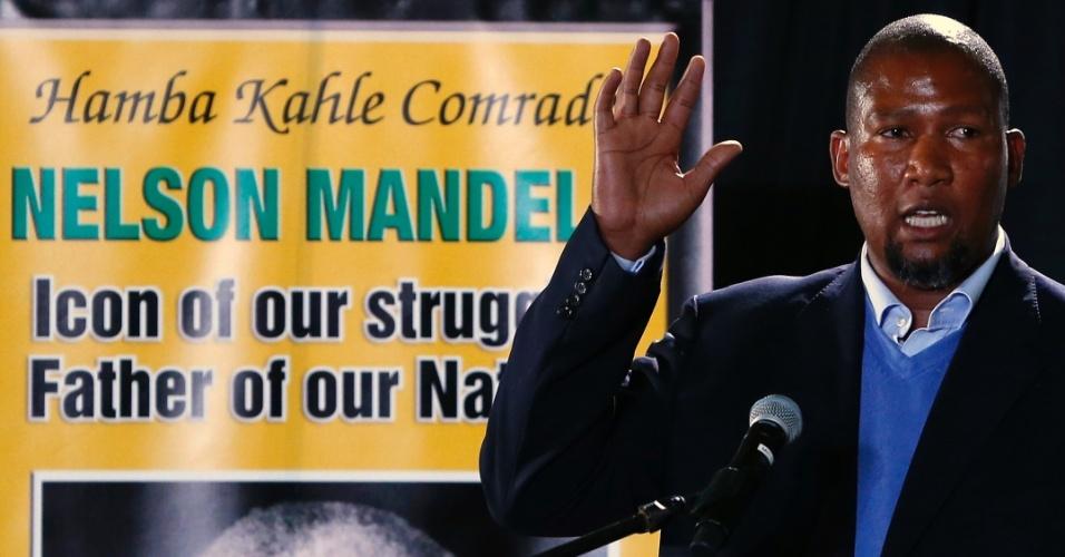 14.dez.2013 - Mandla Mandela, neto mais velho do ex-presidente sul-africano Nelson Mandela, participa de homenagem ao avô na base da força aérea Waterkloof, em Pretória