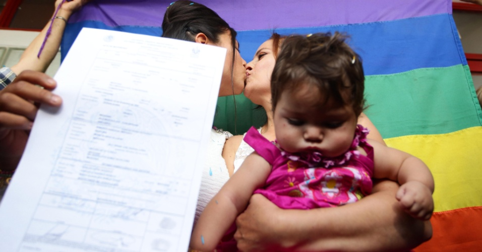 14.dez.2013 - Martha Sandoval (dir.) e Zaira de la O se beijam após a cerimônia em que se casaram legalmente no Estado de Jalisco, no México. É o primeiro casamento entre pessoas do mesmo sexo realizado no Estado mexicano