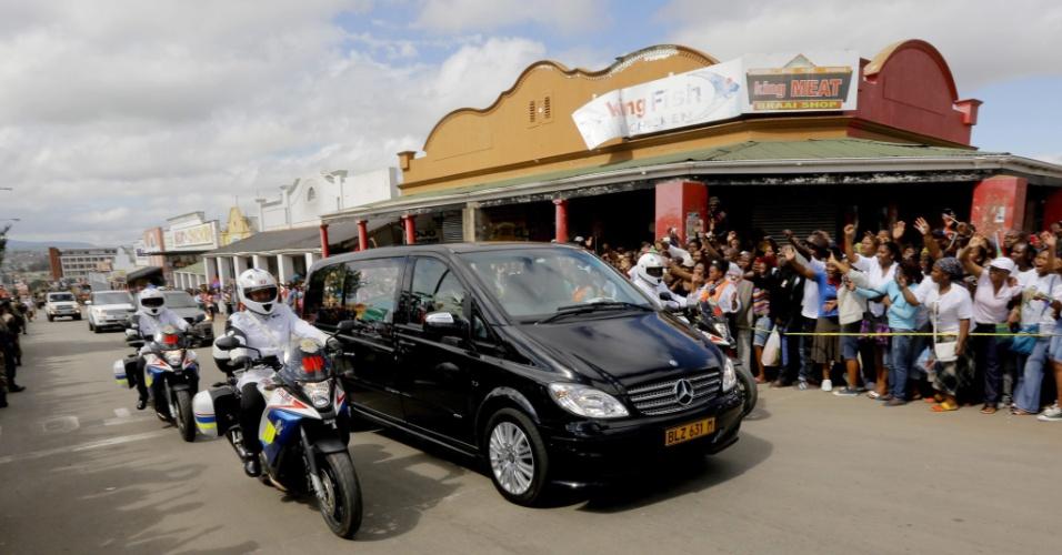 14.dez.2013 - Milhares de pessoas acompanham o cortejo fúnebre com o corpo de Nelson Mandela pelas ruas de Mthatha