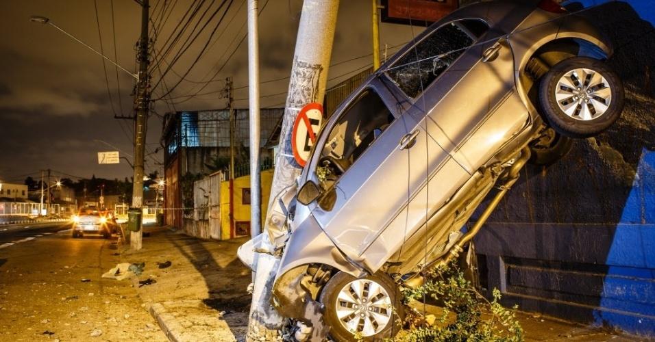 14.dez.2013 - Motorista perde o controle de seu carro e bate contra um poste, na avenida Eliseu de Almeida, no Butantã, em São Paulo. O motorista morreu no local do acidente