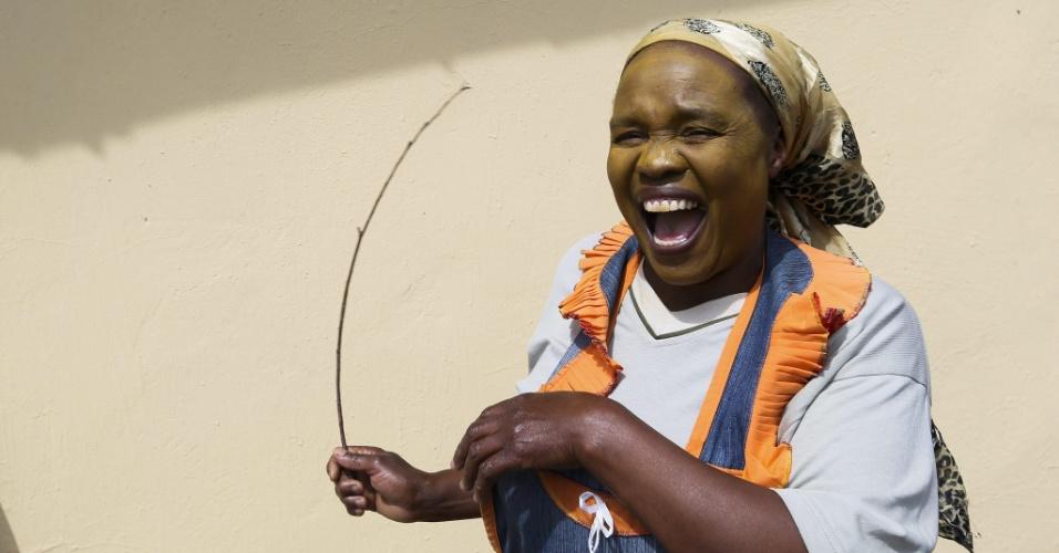 14.dez.2013 - Mulher sul-africana dança durante ritual de iniciação