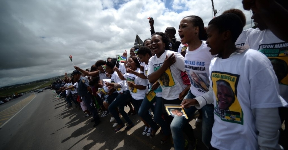 14.dez.2013 - Multidão companha o cortejo com o corpo de Nelson Mandela em Mthatha, na África do Sul