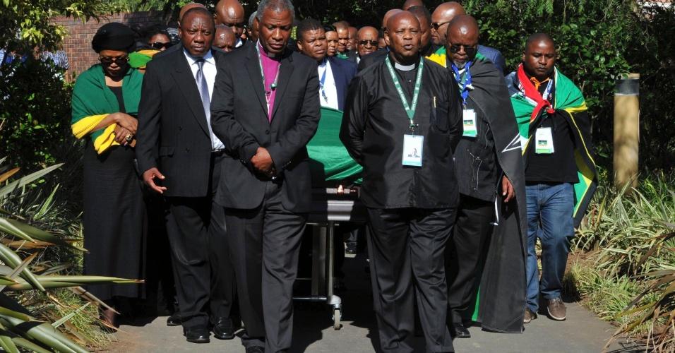 14.dez.2013 - O arcebispo Mokgoba (esq.) e o reverendo e membro do Congresso Nacional Africano, Mehana, lideram cortejo fúnebre que leva o caixão com o corpo do ex-presidente sul-africano à vila de Qunu, onde ele será enterrado no domingo (15)