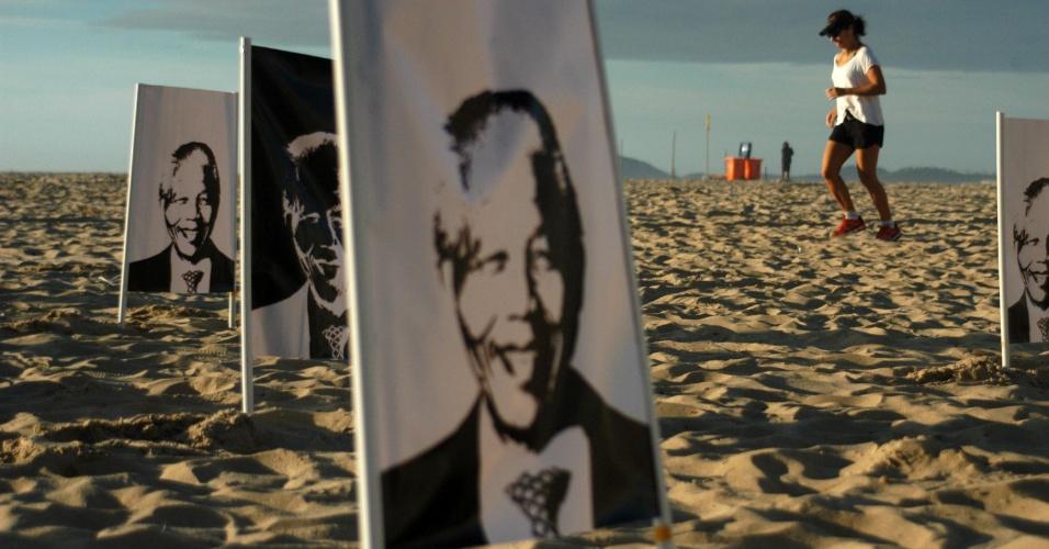 14.dez.2013 - ONG Rio de Paz faz homenagem ao ex-presidente da África do Sul Nelson Mandela nas areias da praia de Copacabana no Rio de Janeiro