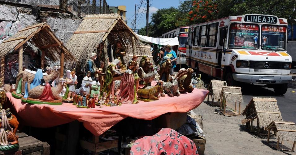 14.dez.2013 - Presépio é exposto em avenida de Assunção, capital do Paraguai, para celebrar o tempo natalino
