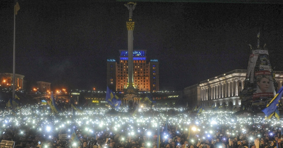 14.dez.2013 - Ucranianos iluminam praça da Independência, em Kiev, com celulares em protesto contra o governo do presidente Viktor Yanukovych