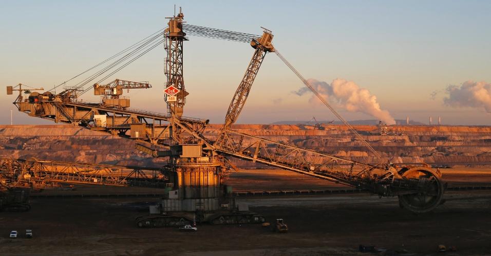 Vista de uma escavadeira a céu aberto em uma mina de carvão da empresa alemã RWE, na aldeia de Borschemich, a oeste de Colônia (Alemanha). No dia 17 de dezembro, a Justiça decidirá a extensão de operação da mina de carvão, que deverá causar o reassentamento de várias aldeias vizinhas