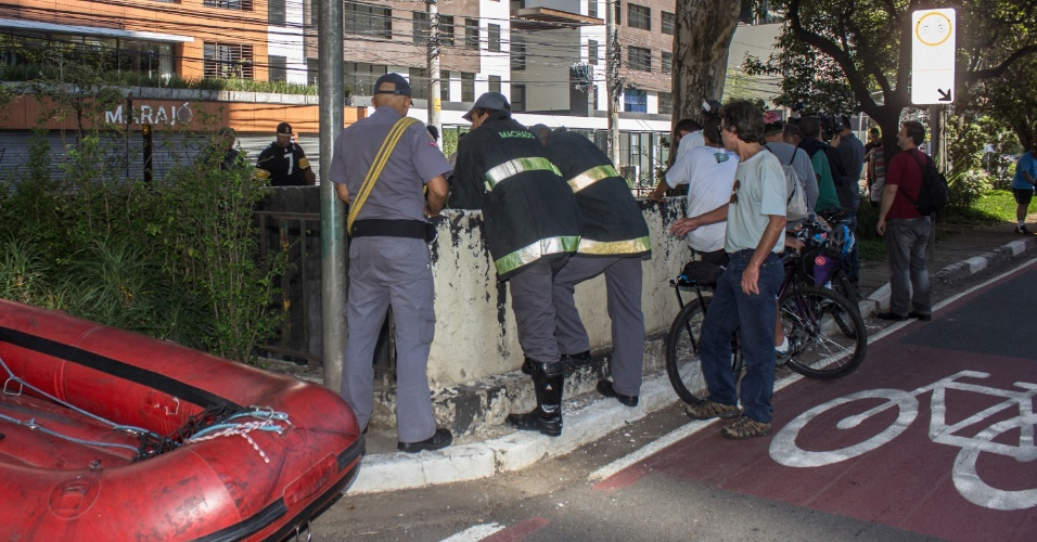 15.dez.2013 - Bombeiros buscam por uma jovem que caiu da garupa de uma moto, após um acidente na noite deste sábado (14). O condutor da moto bateu em um Fiat Palio branco parado, o que fez com que a garota fosse projetada dentro de um córrego na avenida Engenheiro Luiz Carlos Berrini, em São Paulo