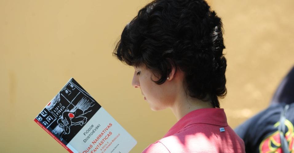 15.dez.2013 - Candidatos aguardam o início das provas da segunda fase do vestibular 2014 da Unesp (Universidade Estadual Paulista) em local de prova na cidade de São Paulo. Os exames da segunda etapa ocorrem hoje e amanhã (16). Foram convocados 41.147 candidatos, que concorrem às 7.259 vagas oferecidas pela universidade paulista em seus campi espalhados por 23 cidades.