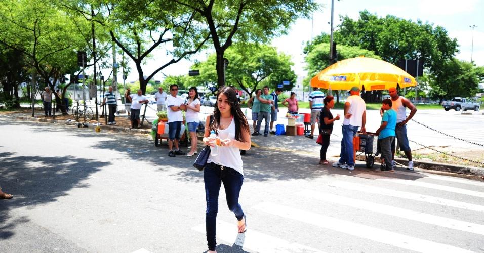 15.dez.2013 - Candidatos chegam para a segunda fase do vestibular 2014 da Unesp (Universidade Estadual Paulista) em local de prova na cidade de São Paulo. Os exames da segunda etapa ocorrem hoje e amanhã (16). Foram convocados 41.147 candidatos, que concorrem às 7.259 vagas oferecidas pela universidade paulista em seus campi espalhados por 23 cidades